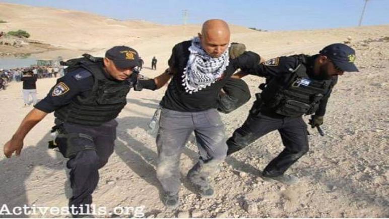 الشرطة الإسرائيلية تعتقل ناشط هولندي ألقى بنفسه أمام الجرافات دفاعا عن قرية خان الأحمر
