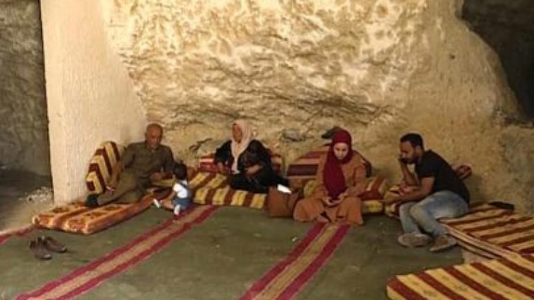 الكيان الاسرائيلي يمنع المهندس الفلسطيني أحمد عمارنة من بناء منزل وحتى يريد طرده وعائلته من الكهف الذي يعيشون فيه