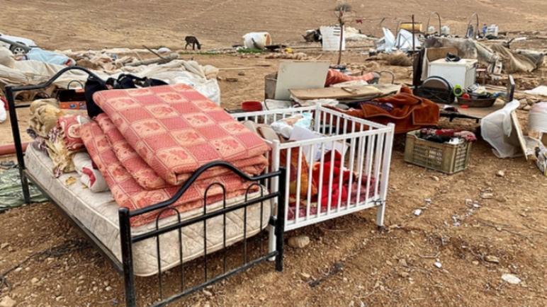 الكثير من العائلات الفلسطينية أصبحت بلا مأوى بعد قيام الجيش الإسرائيلي بهدم خيامهم ومنازل الصفيح في الضفة الغربية