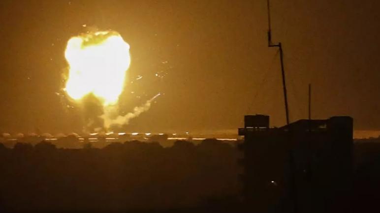 الكيان الإسرائيلي ينفذ غارات جوية صباح اليوم رداً على إطلاق صواريخ من قطاع غزة