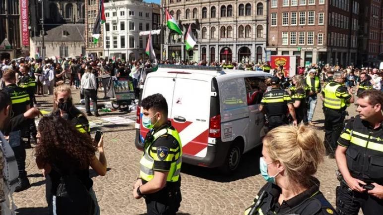 الإفراج عن اثنين من المتظاهرين تم اعتقالهما البارحة أثناء مظاهرة مؤيدة لفلسطين في ساحة دام بأمستردام