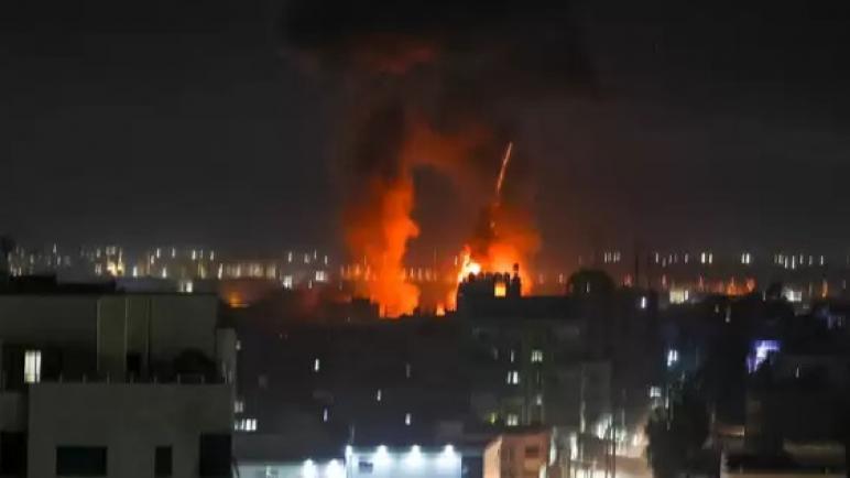 الكيان الإسرائيلي يشن أول غارة جوية على قطاع غزة منذ وقف إطلاق النار