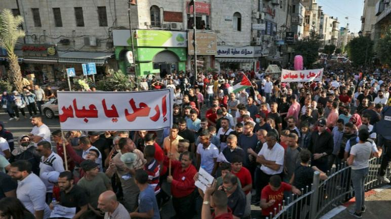 الاحتجاجات في الضفة الغربية هي تجسيد نهائي لنزع الشرعية عن محمود عباس