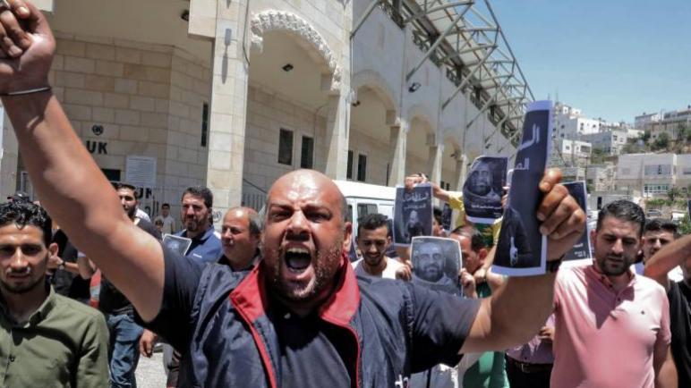 الرئيس الفلسطيني عباس يتعرض لضغوط الإحتجاجات منذ عدة أسابيع