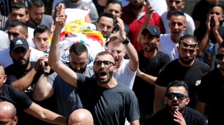 اشتباكات بين الفلسطينيين وقوات الكيان الإسرائيلي بعد استشهاد الطفل محمد العملي في الضفة الغربية