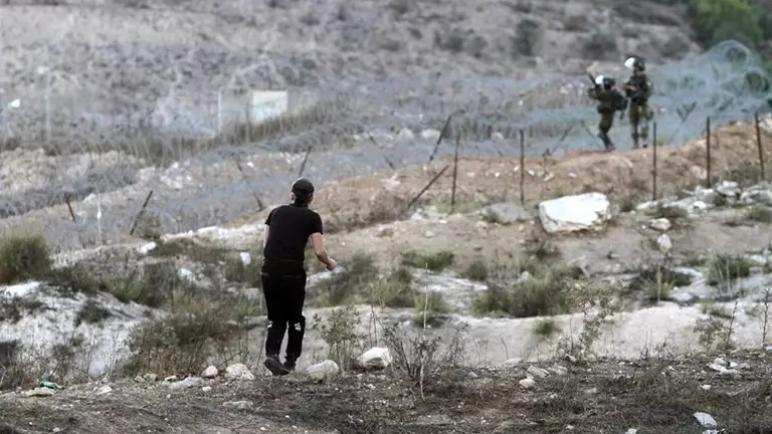 جيش الكيان الإسرائيلي يطلق النار على شاب فلسطيني بزعم محاولة طعن