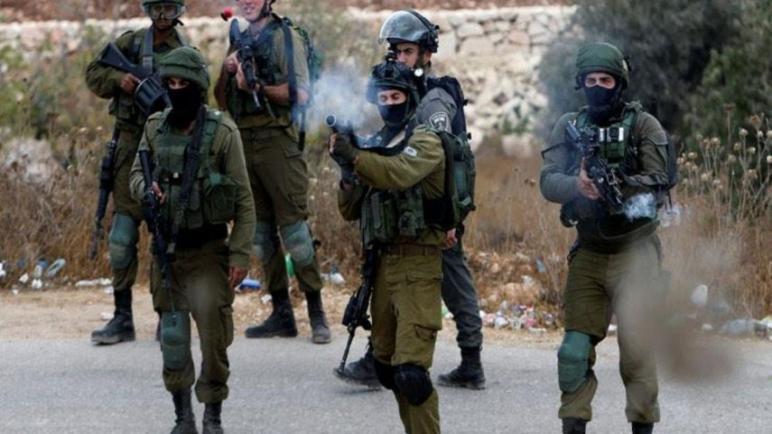 جيش الكيان الإسرائيلي يطلق النار على شاب فلسطيني بزعم محاولة الهجوم بسكين في بيت لحم