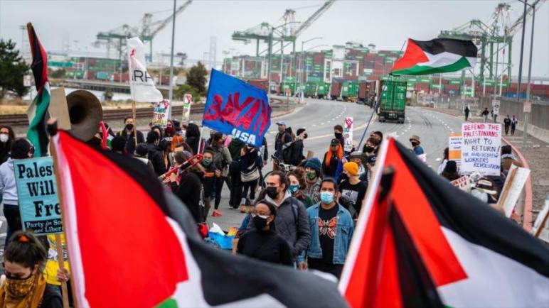 العمال والمتظاهرين المؤيدين لفلسطين يمنعون رسو وتفريغ حمولة سفينة إسرائيلية في ميناء أوكلاند الأمريكي