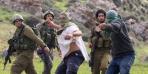 فيديو: عشرات المستوطنين الإسرائيليين يهاجمون الفلسطينيين بالحجارة ويدمرون الممتلكات في قرية بالضفة الغربية