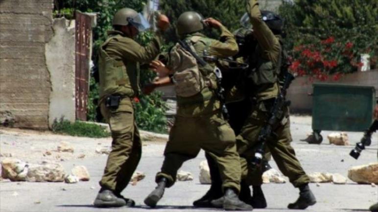 ضابط عسكري إسرائيلي يضرب مجموعة من جنوده لخوفهم من مواجهة فلسطينيين عزل في بلدة كفر قدوم