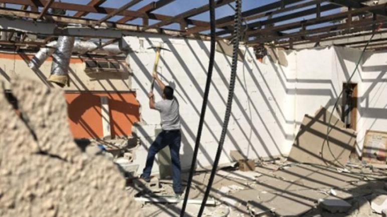 فلسطيني يجبر على هدم منزله بيده في بيت حنينا بالقدس