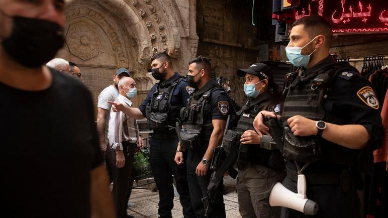 شرطة الكيان الإسرائيلي تطلق قنابل الصوت وخراطيم المياه على المصلين قرب باب العامود في القدس
