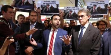 """الكيان الإسرائيلي ينفذ قرار طرد عمر شاكر المدير الإقليمي لمنظمة حقوق الإنسان """"هيومن رايتس ووتش"""" في الأراضي المحتلة"""