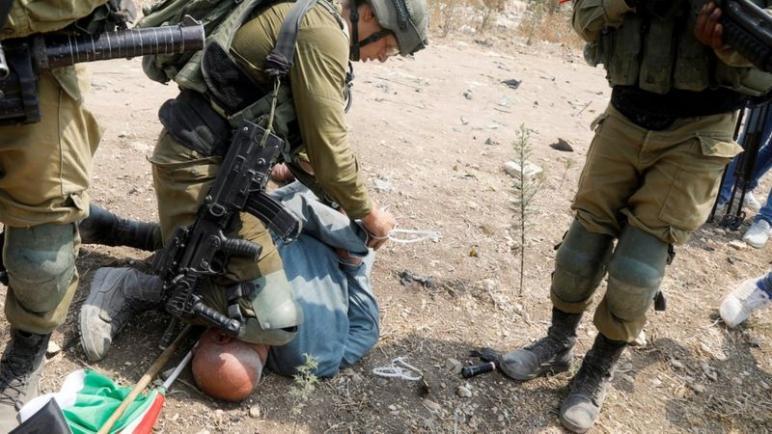 إدانة واسعة للجندي الإسرائيلي الذي وضع ركبته على عنق متظاهر فلسطيني مسن