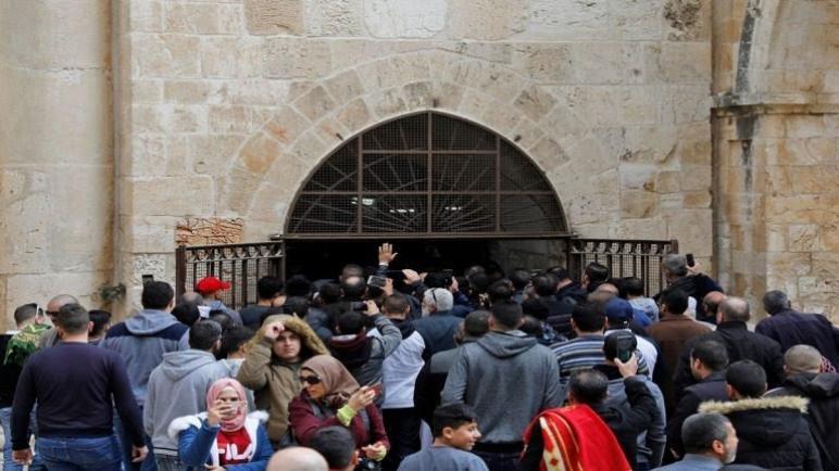 الفلسطينيون يرفضون القيود التي يحاول الكيان الإسرائيلي فرضها على بوابة الرحمة في المسجد الأقصى