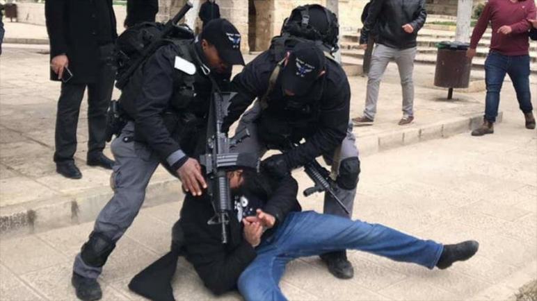 قوات الكيان الإسرائيلي تعتدي على المصلين الفلسطينيين في المسجد الأقصى