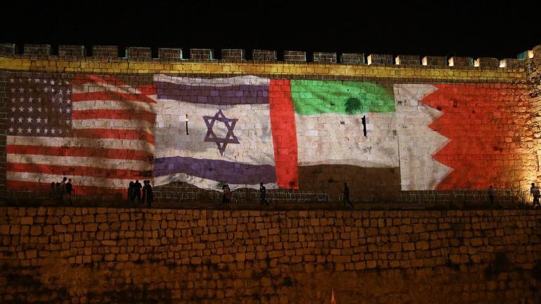 أعلام البحرين والإمارات والكيان الإسرائيلي على جدران البلدة القديمة في القدس بمناسبة ذكرى التطبيع