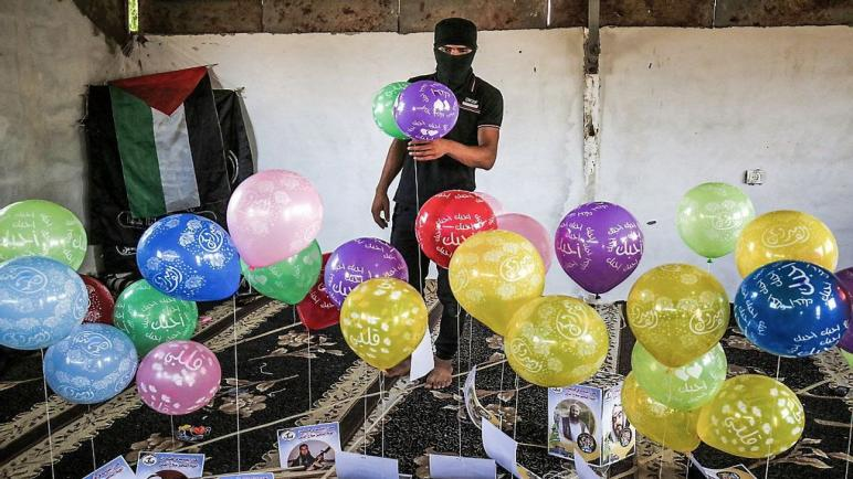 إطلاق بالونات نارية من قطاع غزة على الكيان الإسرائيلي بسبب مسيرة الأعلام الإسرائيلية في القدس