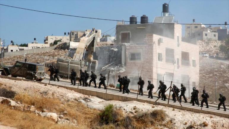 الكيان الإسرائيلي يجبر عائلة فلسطينية على هدم منزلها في القدس