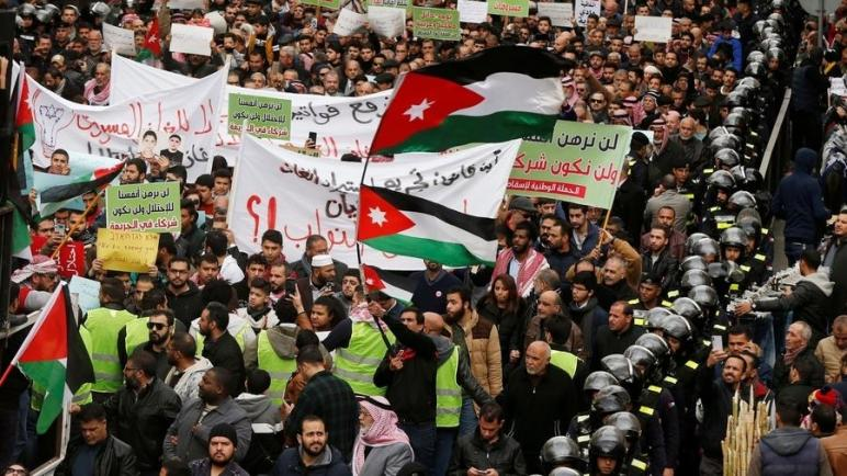 الأردنيين يتظاهرون في عمان احتجاجا على اتفاقية استيراد الغاز من الكيان الإسرائيلي