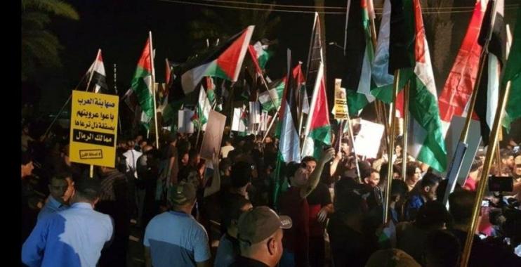 متظاهرين يقتحمون السفارة البحرينية في بغداد ويحرقون الأعلام الأمريكية والإسرائيلية