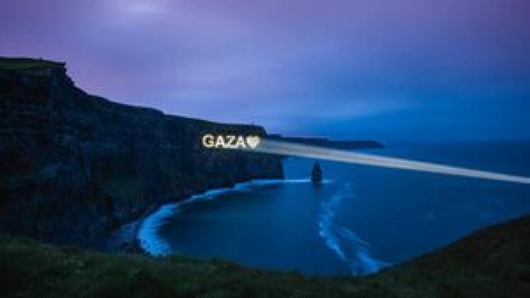 """فنانون أيرلنديون يعرضون شعاع الحب لغزة على منحدرات موهير الأيرلندية: """"كان له صدى مذهل"""""""