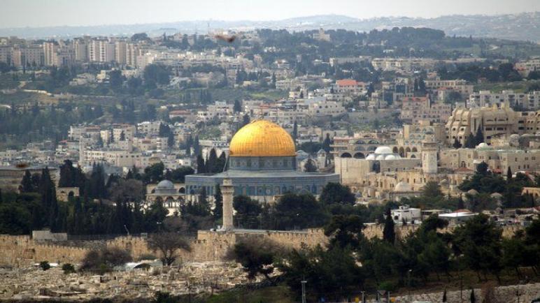 المصلين في القدس يرشقون شرطة الكيان الإسرائيلي بالحجارة و تجدد الإشتباكات في الحرم القدسي