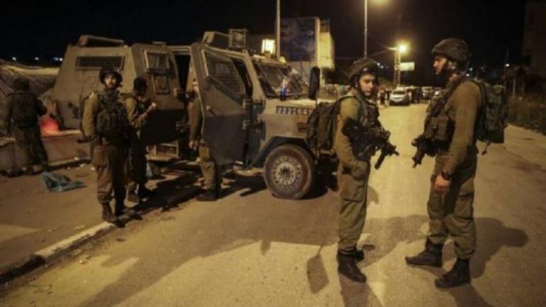 قوات الاحتلال الإسرائيلي تعتدي على السكان أثناء المداهمات في طول كرم