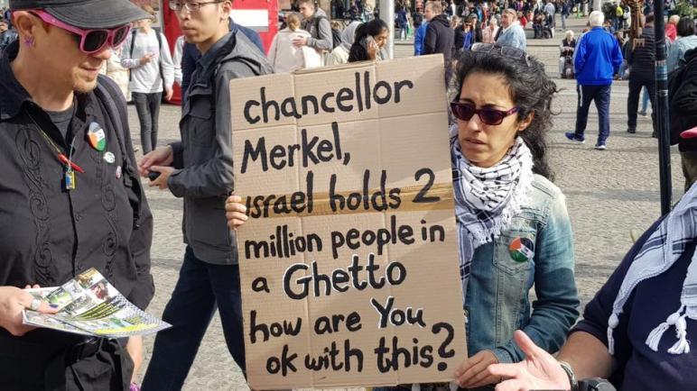 الجالية الفلسطينية في هولندا تنظم وقفة شعبية وترفع العلم الفلسطيني في أمستردام الأحد 7-10-2018