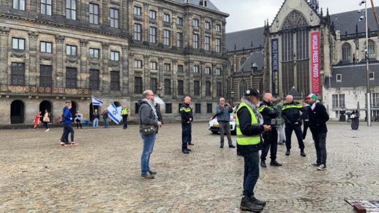 إطلاق سراح المتظاهرين المؤيدين لفلسطين الذين تم اعتقالهم في ساحة الدام في أمستردام