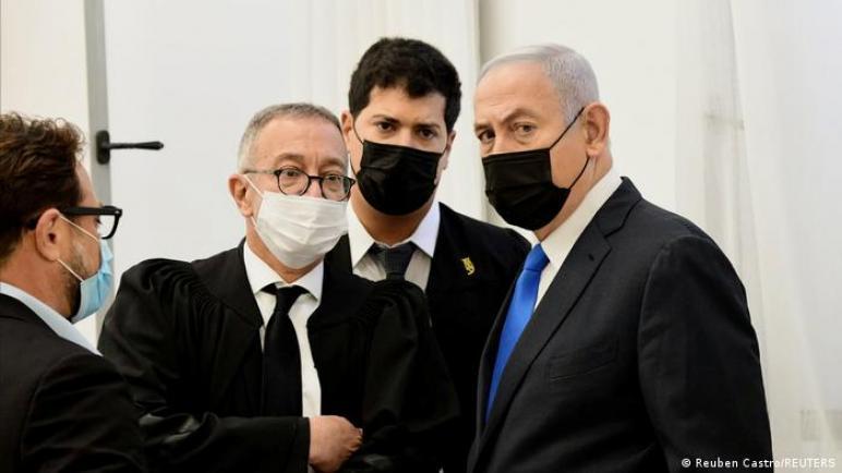 متظاهرين يطالبون باعتقال نتنياهو أثناء حضوره جلسة محاكمته بقضايا الفساد و الاحتيال وخيانة الأمانة