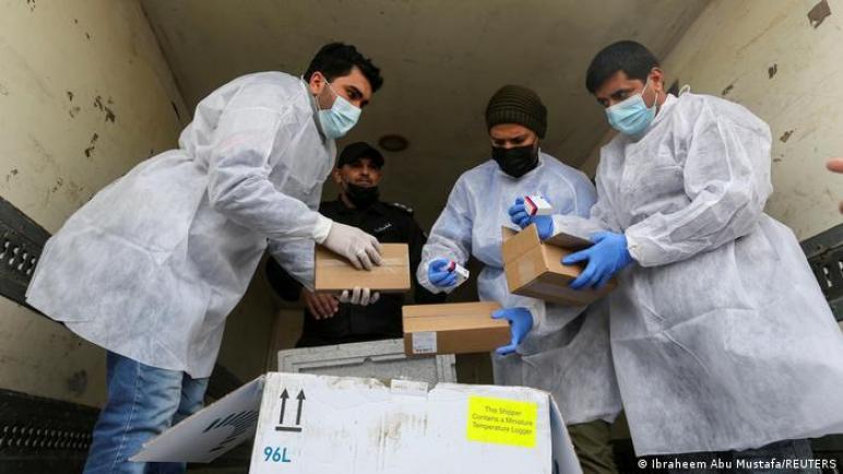 وصول أول دفعة من جرعات لقاح كورونا إلى قطاع غزة المحاصر