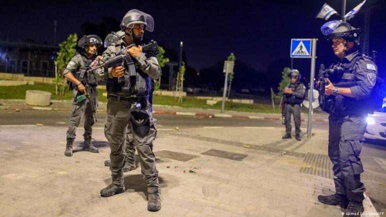 """الكيان الإسرائيلي يفرض حالة الطواريء في مدينة اللد ورئيس البلدية يصف ما يجري """"بالحرب الأهلية"""""""