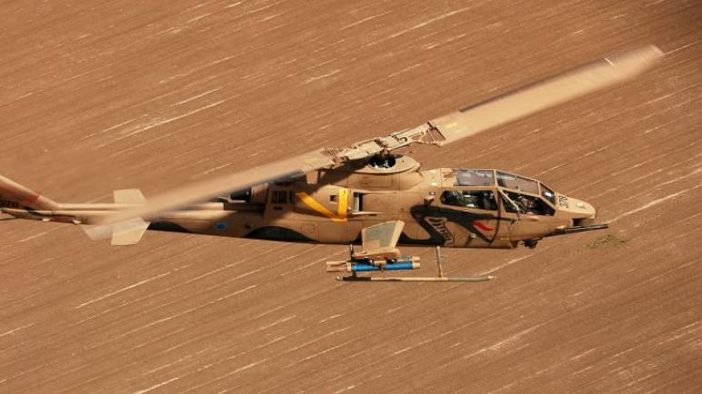 مروحية تابعة للجيش الإسرائيلي تقصف نفقاً لحركة حماس رداً على اطلاق البالونات التي تحمل متفجرات من قطاع غزة