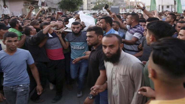 إستشهاد فلسطيني بإطلاق نار من الجنود الإسرائيليين أثناء الإحتجاجات اليوم على حدود قطاع غزة