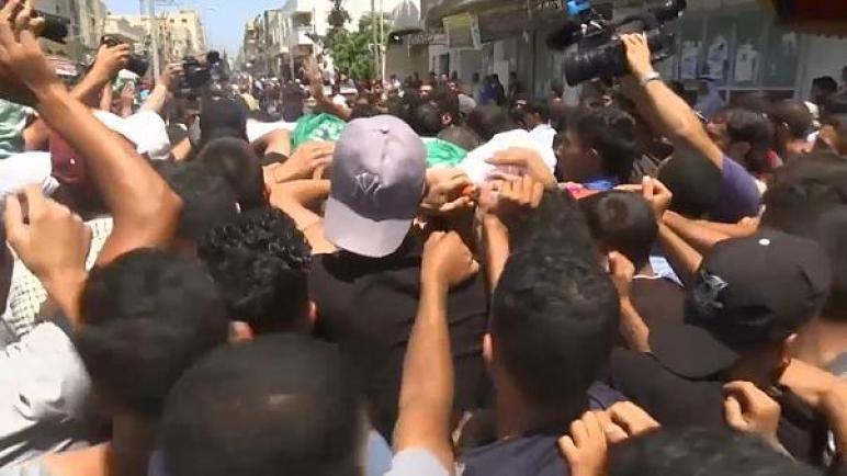 ألاف الفلسطينيين يشيعون شهيدا أطلقت قوات الاحتلال الإسرائيلي عليه النار على حدود قطاع غزة