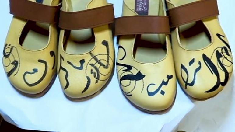 إسكافي فلسطيني ينقش إسمي ترامب وماكرون على الأحذية المصنوعة يدوياً