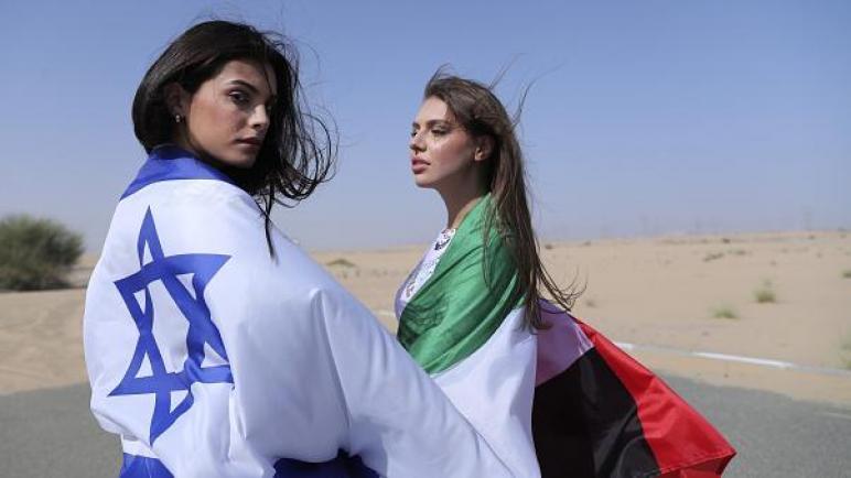 عارضة أزياء تحتفل بتطبيع العلاقات بين الكيان الإسرائيلي والإمارات بملابس النوم في صحراء دبي