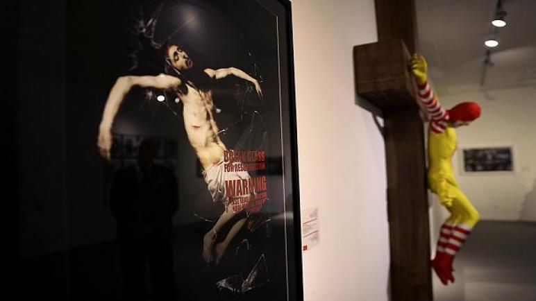 """احتجاجات واسعة تجبر متحف حيفا على إزالة تمثال """"ماك يسوع"""""""