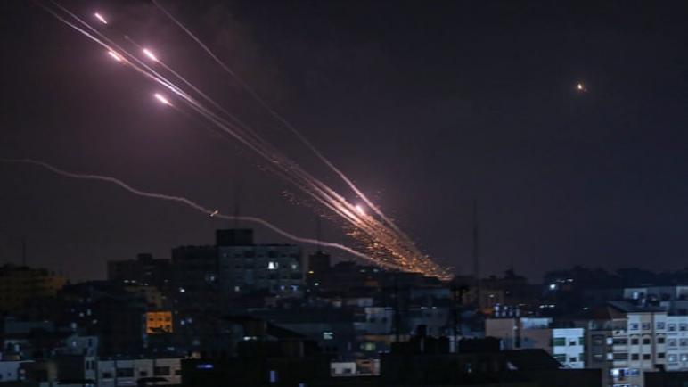 حماس ترسل صواريخ إلى عمق الكيان الإسرائيلي بعد غارات جوية على قطاع غزة