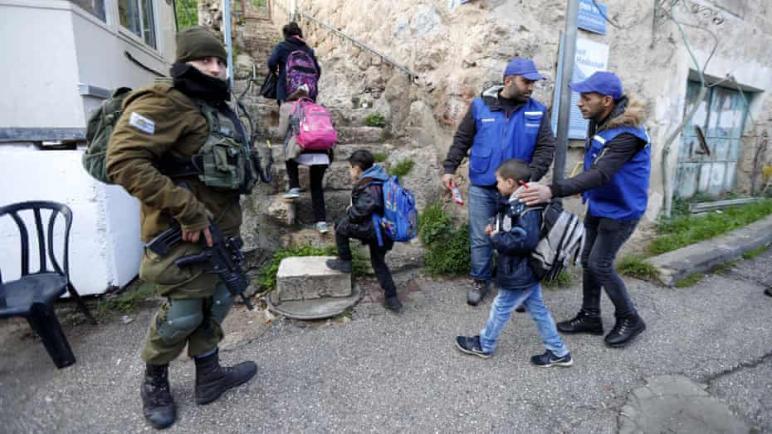 فلسطينيون يشكلون دوريات مدنية في الخليل بعد قيام إسرائيل بإخراج بعثة المراقبة الدولية