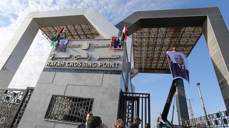 السلطة الفلسطينية تسحب موظفيها من معبر رفح وحماس تعتبر ذلك ضربة لجهود مصر