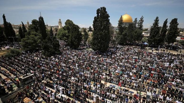 أكثر من 135,000 فلسطيني صلوا اليوم في المسجد الأقصى في صلاة الجمعة الأولى في رمضان