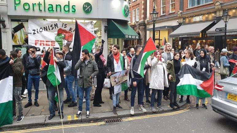 اعتصام أمام السفارة الإسرائيلية في لندن يدعو لفضح جرائم الاحتلال بحق الفلسطينيين