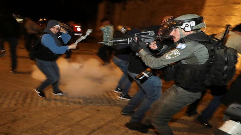 تجدد الإشتباكات بين شرطة الكيان الإسرائيلي والفلسطينيين في القدس