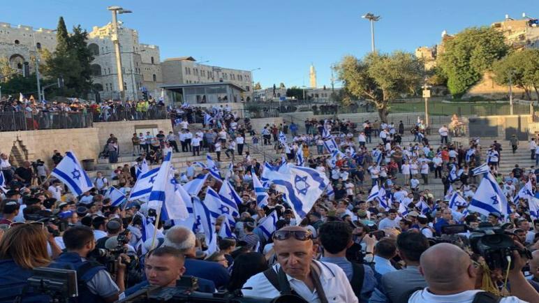 توترات كبيرة واصابة 17 شاب فلسطيني بجروح في مواجهات مع شرطة الكيان الإسرائيلي أثناء مسيرة الأعلام في القدس