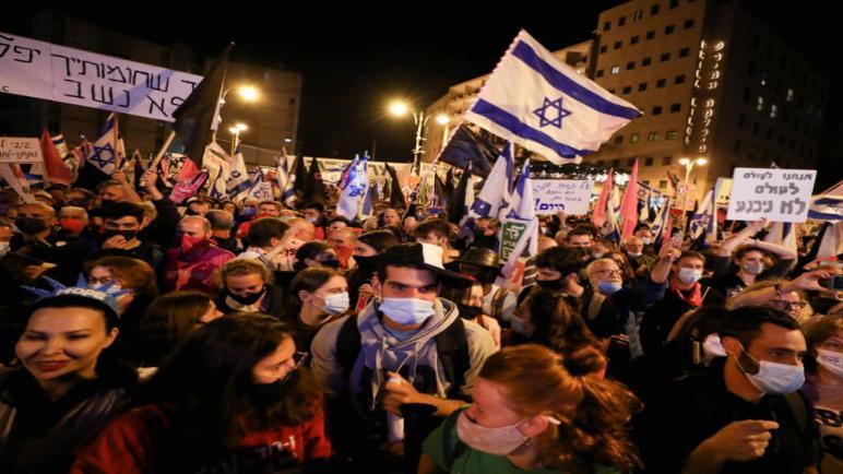 أكثر من عشرون ألف إسرائيلي يتظاهرون أمام مقر إقامة نتنياهو لمطالبته بالإستقالة