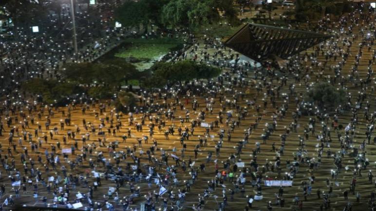الألاف يخرجون في تل أبيب للإحتجاج ضد نتنياهو لاستغلاله أزمة كورونا