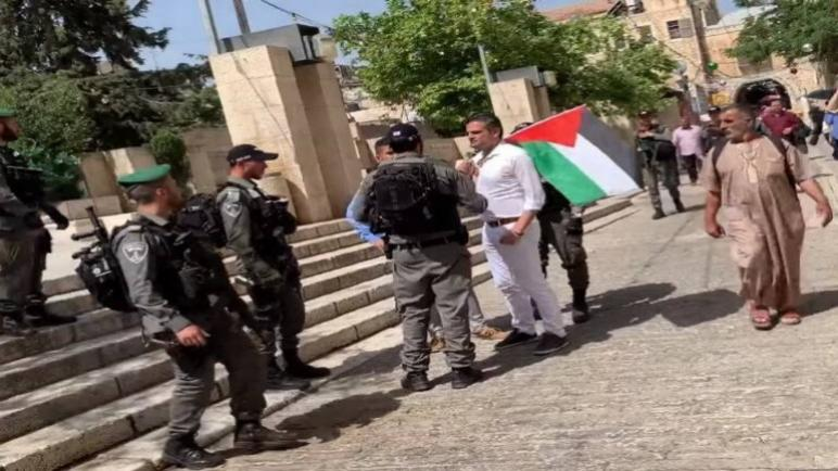 القوات الإسرائيلية تعتقل زعيم حزب Denk والنائب في البرلمان الهولندي توناهان كوزو لرفعه العلم الفلسطيني في القدس