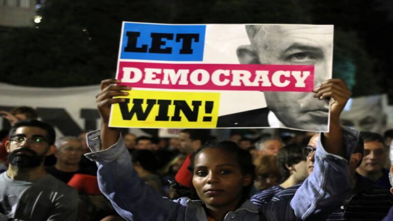 عشرات الألاف يتظاهرون في الكيان الإسرائيلي احتجاجا على محاولة نتنياهو حماية نفسه من تهم الفساد